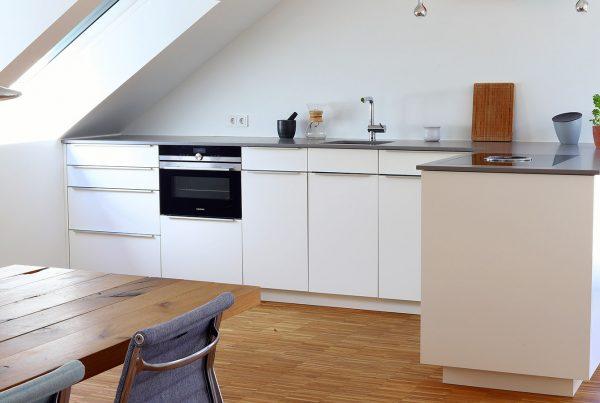 Küchenzeile in L-Form, Fronten aus kratzfestem HPL-Schichtstoff