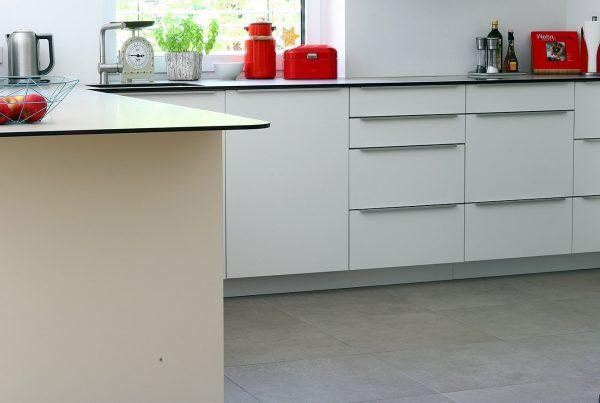 Küche in Weiß mit Arbeitsplatte in 12 mm Stärke