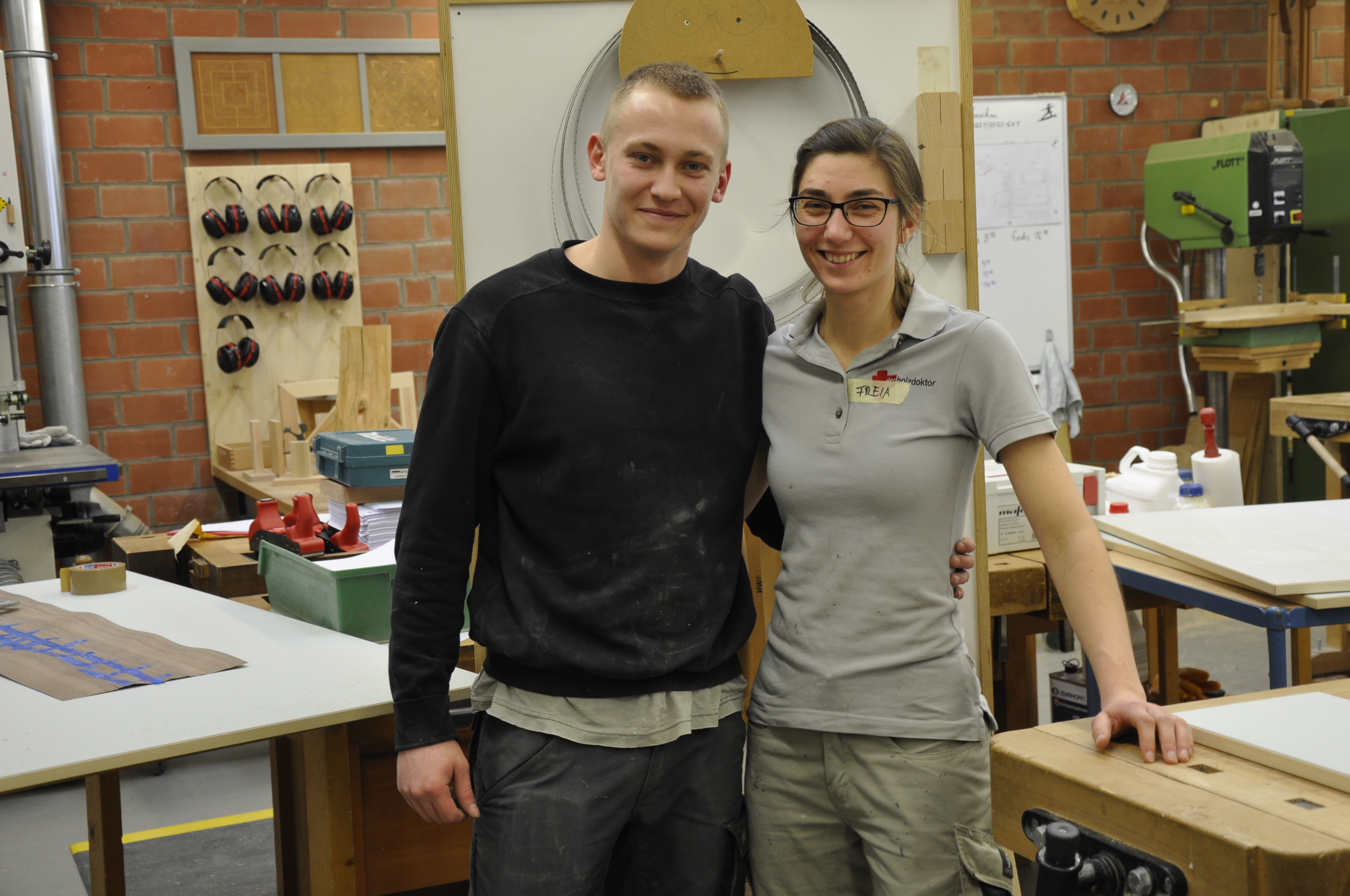 Deutsche und französische Tischler-Azubis bauen gemeinsam Möbel für Pfadfinder